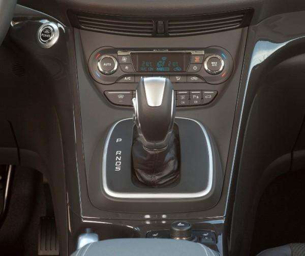 Nuova Ford Kuga 2013 - leva del cambio a doppia frizione a 6 rapporti PowerShift
