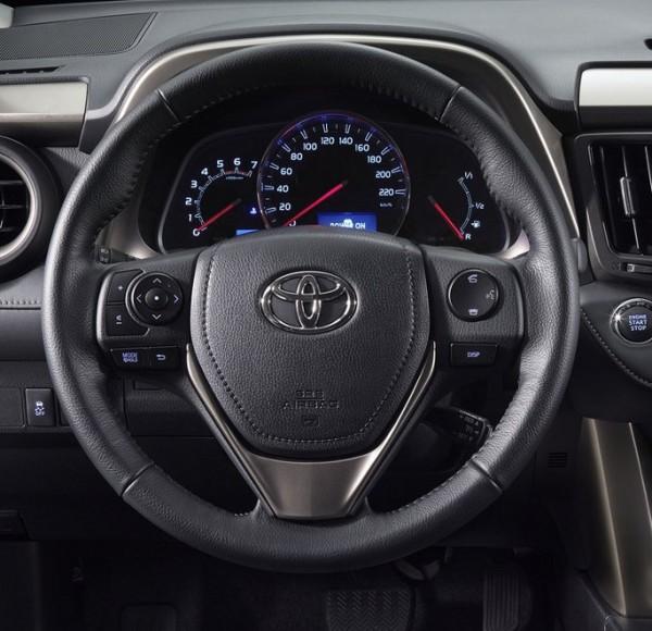 Toyota RAV4 - volante con comandi integrati